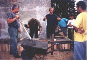 Remont domku (w środku nadzorujący pracą, łowczy W. Przybysz) – lato 1999r.